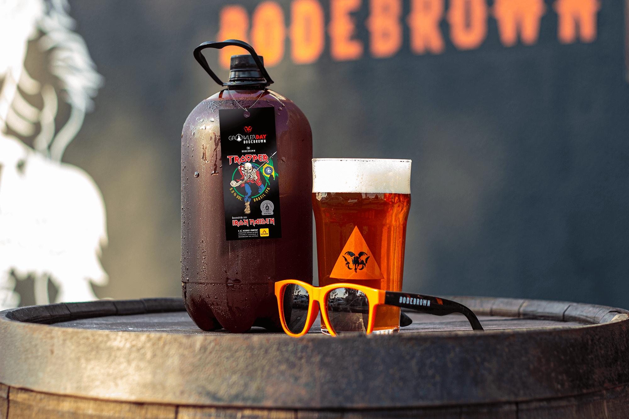 Cerveja e growler com copo de cerveja